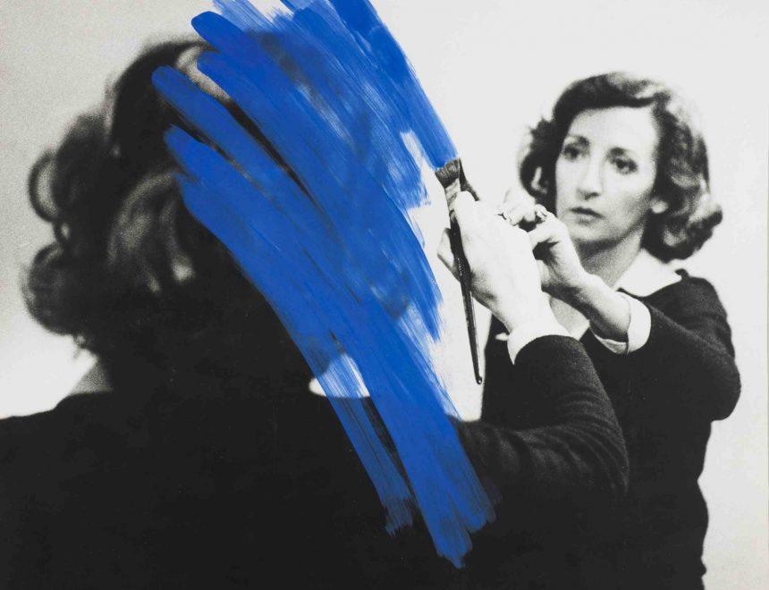 Helena Almeida / Pintura habitada, 1975. Colección Fundação de Serralves – Museu de Arte Contemporânea, Porto. Foto de Filipe Braga