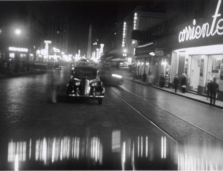 Horacio Coppola / Corrientes esquina Uruguay (centro), 1936