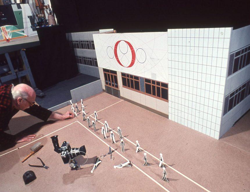 Josep Renau treballant en la maqueta d'un projecte mural per a un centre cultural a la ciutat d'Erfurt (1972). Arxiu Josep Renau. Biblioteca de l'IVAM. Depòsit de la Fundació Josep Renau