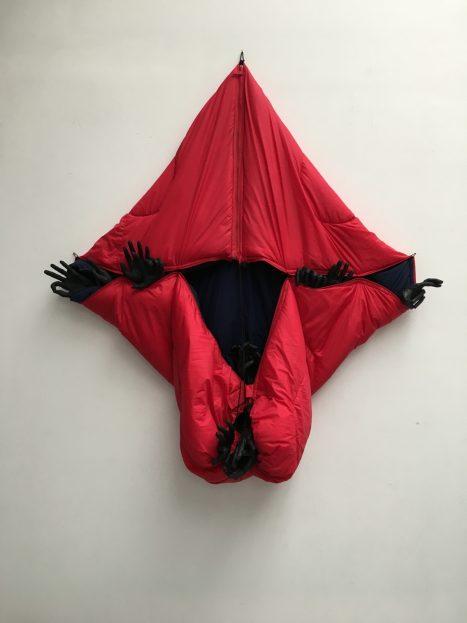 Annette Messager /Sleeping Deep Red, 2018. Cortesía Marian Goodman Gallery