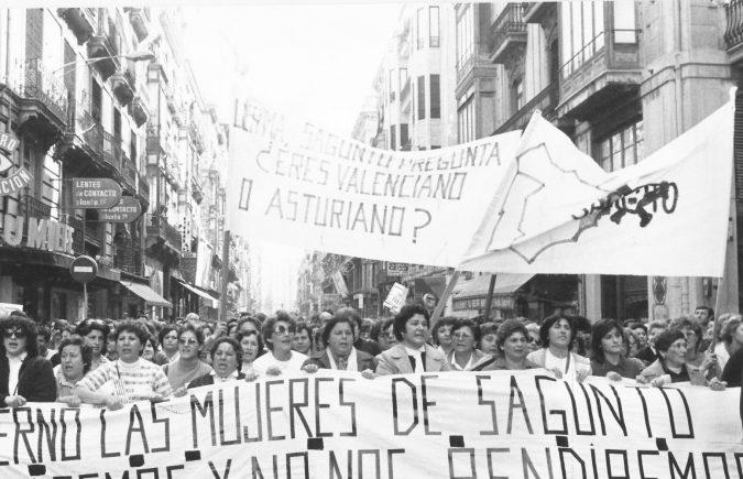 Dones del Port de Sagunt manifestant-se pel tancament de la siderúrgia. Arxiu de CCOO del Camp de Morvedre-Alt Palància.