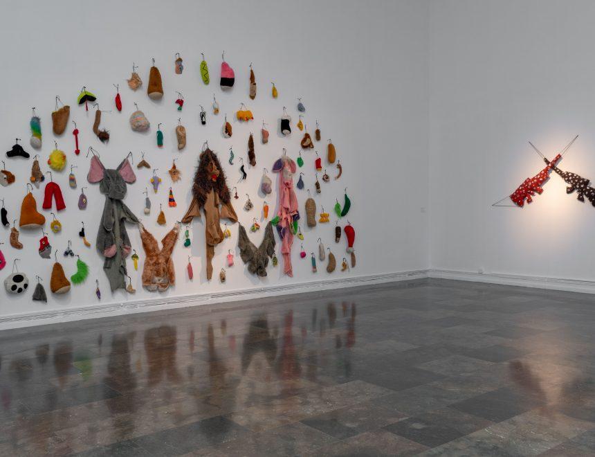 Annette Messager / 2 fusils badgés, 2007-2014.Cortesia Marian Goodman Gallery // Annette Messager / Les restes II, 2000. Musée d'Art Contamporain du Val de Marne