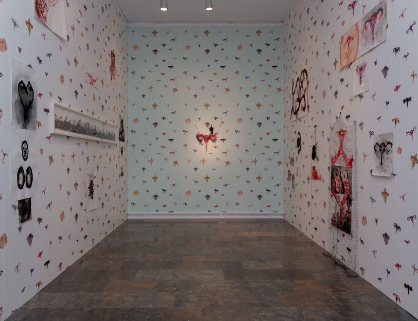 Annette Messager / Uterus doigt d'honneur, 2017 // Annette Messager / Papier peint Utérus, 2017