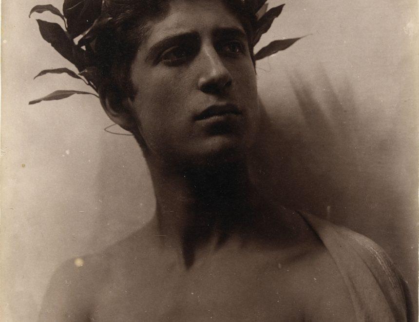 Wilhelm Von Gloeden / Adolescent Couronné de laurier, 1896-1905