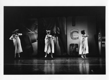 Escenari, vestuari i il·luminació dissenyat per Robert Rauschenberg per a la coreografia Glacial Decoy de laTrisha Brown Dance Company, 1979. En la imatge: Trisha Brown, Nina Lundborg, i Lisa Kraus, 1979. Col·lecció de fotografia dels arxius de la Robert Rauschenberg Foundation, Nova York. Foto: Babette Mangolte, 1979