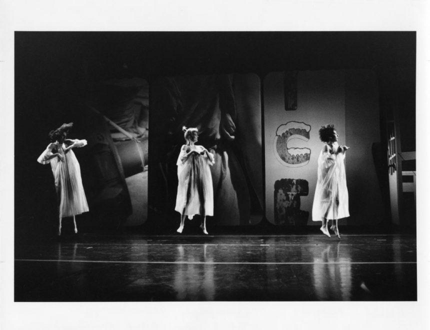 Trisha Brown Dance Company's Glacial Decoy (1979) con escenografía, vestuario e iluminacón de Robert Rauschenberg. En la imagen, Trisha Brown, Nina Lundborg y Lisa Kraus. Colección de Fotografía de los Archivos de la Robert Rauschenberg Foundation, Nueva York. Fotografía: Babette Mangolte, 1979