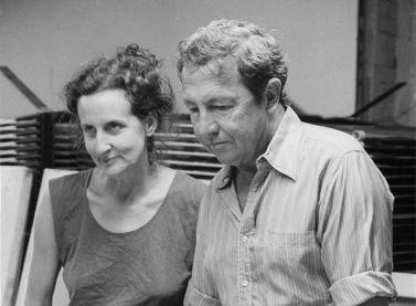 Trisha Brown i Raushenberg treballant en el vestuari de Set and Reset, 1983, produccions Larry B. Right, Nova York, 1983. Col·lecció de fotografia dels arxius de la Robert Rauschenberg Foundation, Nova York. Foto: Terry van Brunt, 1983