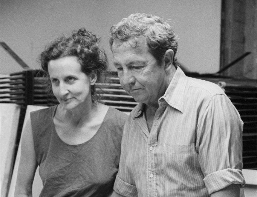 Trisha Brown y Rauschenberg trabajando en el vestuario de Set and Reset (1983). Producciones Larry B. Wright Art, Nueva York, 1983. Colección de Fotografía de los Archivos de la Robert Rauschenberg Foundation, Nueva York. Fotografía: Terry Van Brunt, 1983.