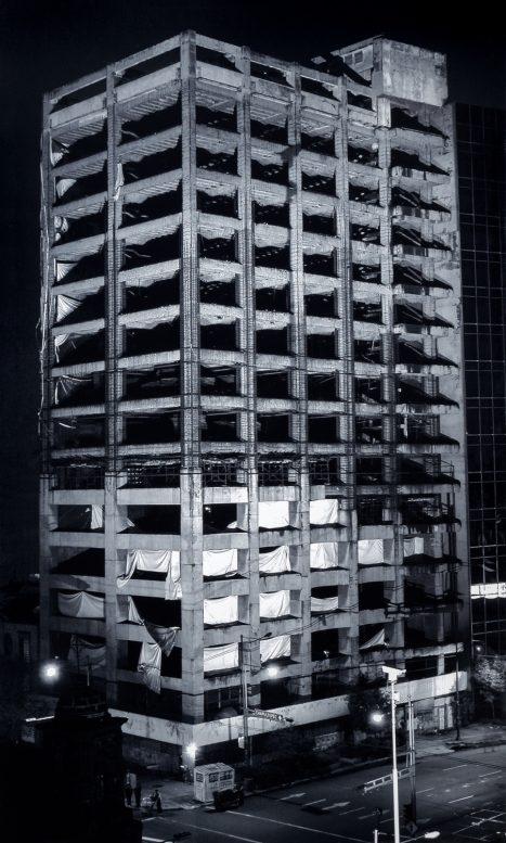 Santiago Sierra / Edificio iluminado Calle Arcos de Belén nº 2. México, August, 2003 - 2005